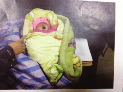 女婴得到了民警的临时照顾 本报记者 白 羽 摄