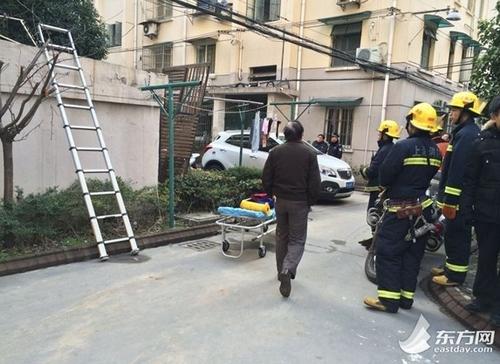 图为消防赶到坠楼现场实施救援。