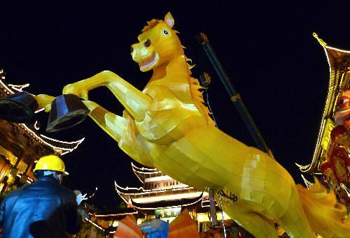 2014豫园灯会3吨重金马亮相(组图)