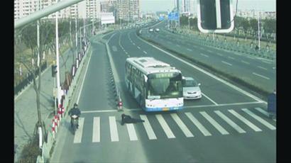 过马路男子被撞倒在地 /本版图片 浦东高速交警