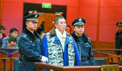 受害者家属等待审判结果。 肖允 摄