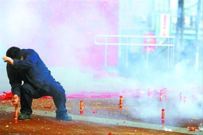 每年的大年初五,七浦路周边的商铺都会点响鞭炮。 资料照片