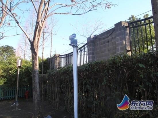 小区围墙周遭虽然安装有监控探头,但镜头背后存在明显的视角盲区。
