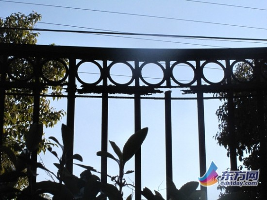 小区外围栏杆锈迹斑斑,一些栏杆在横竖交接处甚至出现断裂、脱节。