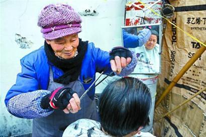 城隍庙里84岁的剃头老太