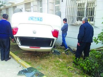 司机倒车失控,汽车四轮朝天。