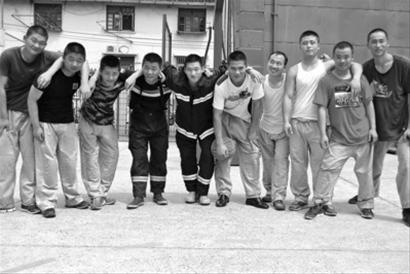 孙络络(左三)、陆晨(右一)和战友们打篮球 /罗店中队供图