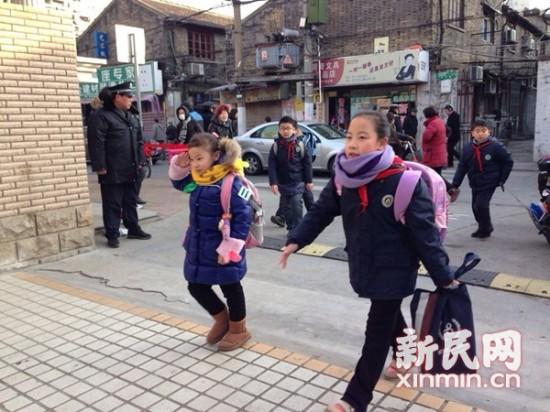 闸北一中心小学的孩子们进入学校。新民网记者 李若楠 摄