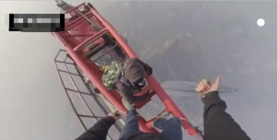 俄攀高狂人翻入上海中心工地攀高650米(危险行为,请勿模仿!)。图片来源:视频截图