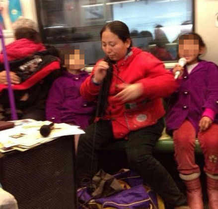 """网友所拍摄的上海地铁车厢里乞讨者""""装备升级""""。"""