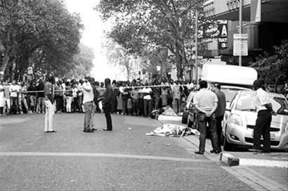 2月27日下午,一名朱姓上海籍商人在约翰内斯堡市中心遭约三名歹徒抢劫并枪击身亡。图为事发路口。