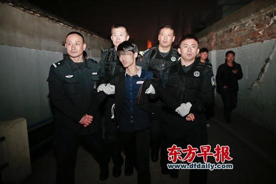 昨日,普陀区,警方将涉案男子押出案发现场。
