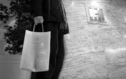 """在威斯汀大饭店,无论自带什么酒水都要收200开瓶费,但记者""""搞一搞""""后,服务生同意免收开瓶费。 /晨报记者 肖允"""