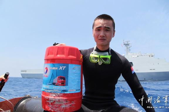 海军打捞救生衣 马航飞机失踪最新消息(4)