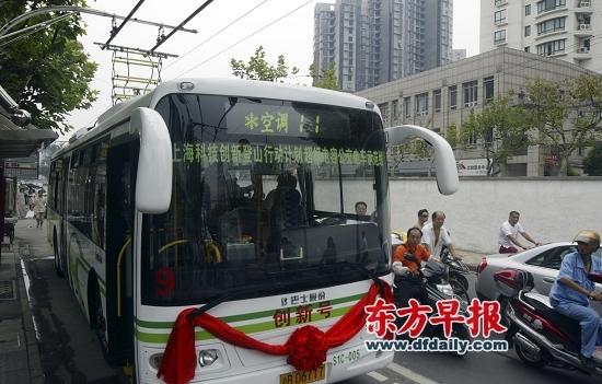 """2006年 """"无辫""""超级电容电车投用到公交11路上。 早报资料"""