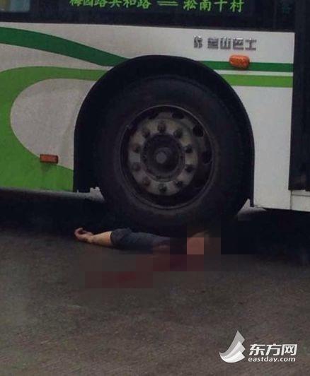 一男子遭公交碾压,当场伤重不治