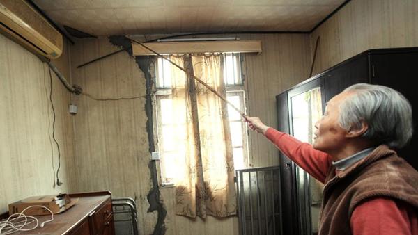 天山二村120号,楼房室内和外墙出现了不同程度的墙面开裂。中新网