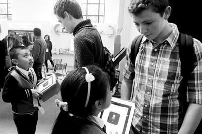 参加教博会的学生正与外籍人士交流 /晨报记者 陈征