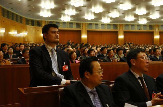 """姚明在""""两会""""上对于中国体育发展的提案备受外界关注 。图为姚明参加2014年政协会议。"""