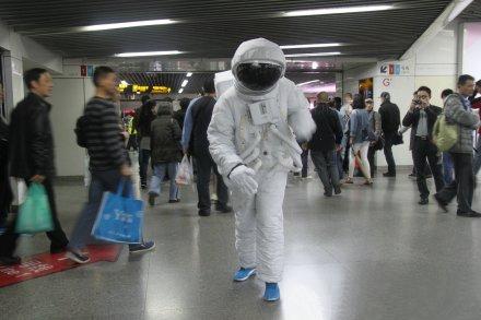 """""""宇航员""""在人民广场站内出现。图片来源:新浪微博"""