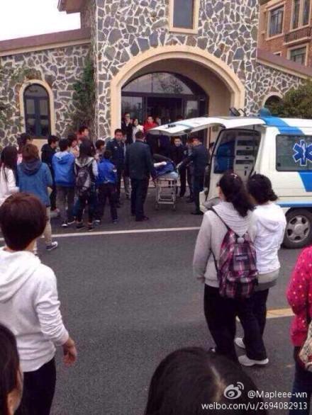 图说:受伤女生被120送至医院救治。图片来源:新浪微博