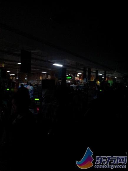 断电后,超市里一片漆黑
