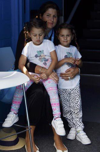 费德勒的妻子米尔卡和两个双胞胎女儿