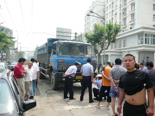 土方车在杨浦区杨树浦路宁国路路口发生交通事故