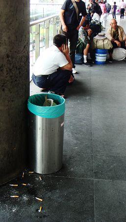 上海南站站厅外垃圾桶旁散落着很多烟头