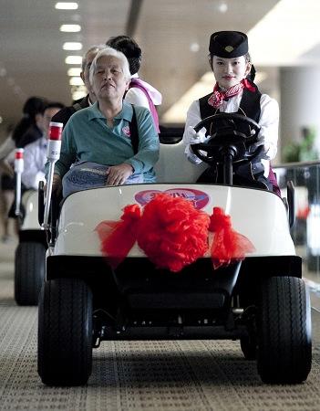 浦东机场首推电瓶车摆渡 老孕残特殊旅客免费