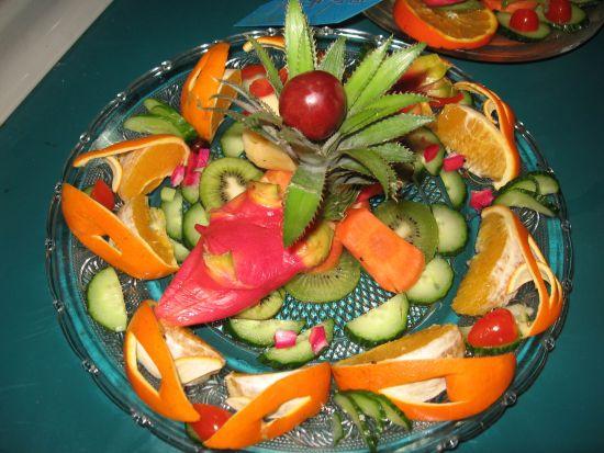 橙子250克,蘋果200克,西瓜3000克   輔料:櫻桃5克   水果拼盤的制作